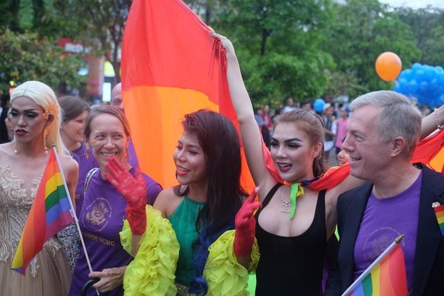 Jessica (giữa) cùng Đại sứ Mỹ tại Việt Nam Ted Osius (ngoài cùng bên phải) trong sự kiện ủng hộ LGBT tại TPHCM diễn ra vào ngày 25/9