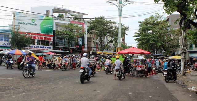 Bão kết hợp với xã lũ làm chợ Tuy Hòa hư hại ngập sâu, người dân họp chợ ở ngay giữa đường
