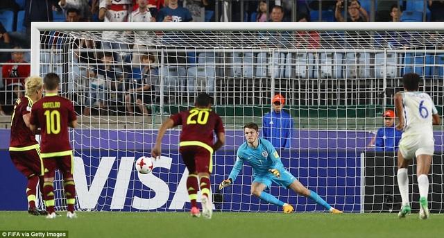 Thủ thành Woodman và pha cản phá penalty của Penaranda ở phút 74