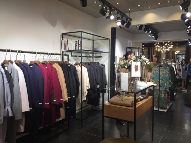 Nhiều cửa hàng quần áo có doanh thu lên đến 80 triệu đồng/ngày khi sang mùa. Ảnh: Hồng Vân