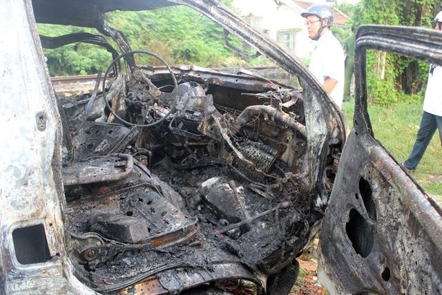 Ô tô bị cháy rụi sau tai nạn