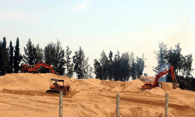 Phá rừng ven biển (TP Quy Hòa) để làm sân golf.