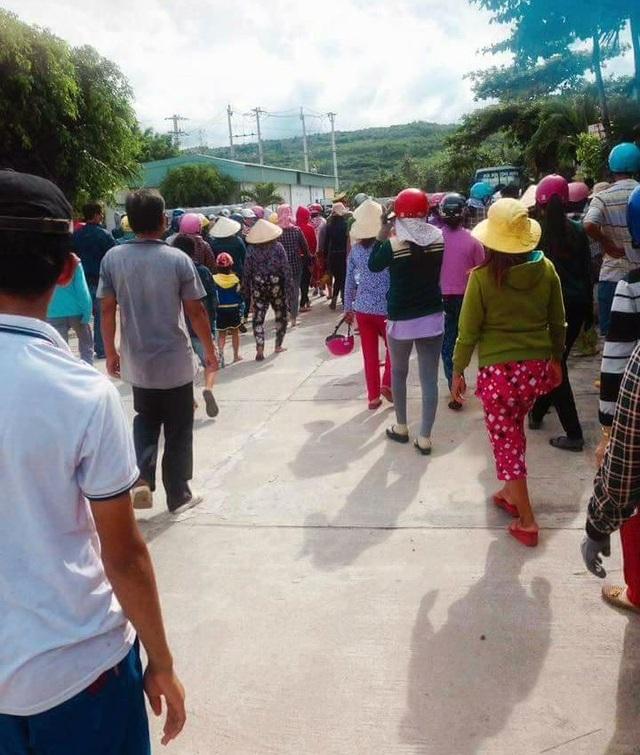 Người dân kéo về công ty TNHH Nguyễn Hưng phản ứng tập thể vì cho rằng doanh nghiệp này xả thải gây ra chết tôm hùm.