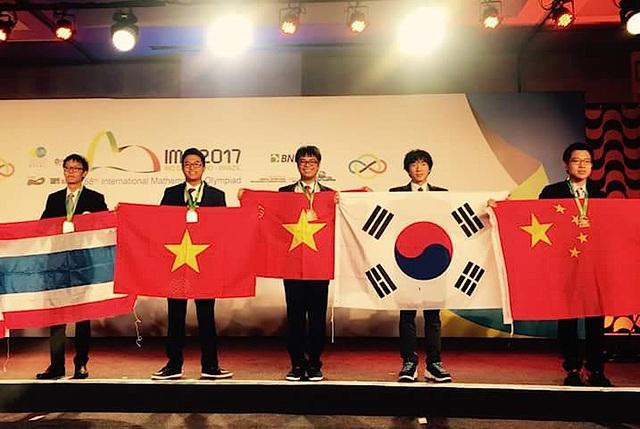 Lê Quang Dũng (người đứng thứ 3 từ trái qua) tại lễ trao giải (ảnh gia đình cung cấp).