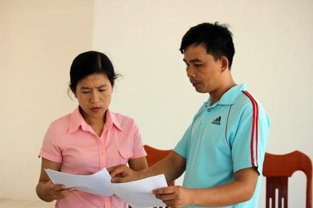 Thầy Nguyễn Tấn Song, GV môn Thể dục, trường THCS Đồng Khởi chỉ rõ những sai phạm trong việc ký HĐLĐ của phòng GD&ĐT huyện Tây Hòa.