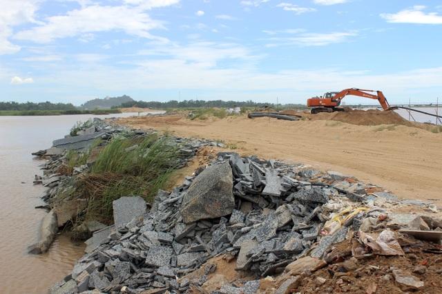 Việc đổ phế thải VLXD lấn sông Ba đã tồn tại trong thời gian dài nhưng cơ quan chức năng tỉnh Phú Yên vẫn chậm xử lý