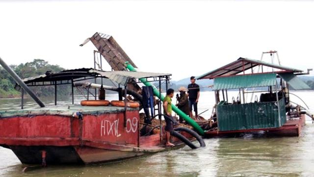 Các tàu thuyền hút cát, sỏi của Hợp tác xã Thắng Lợi ở khối 1A, thị trấn Anh Sơn bị lực lượng chức năng bắt giữ. (Ảnh: Thái Hiền)