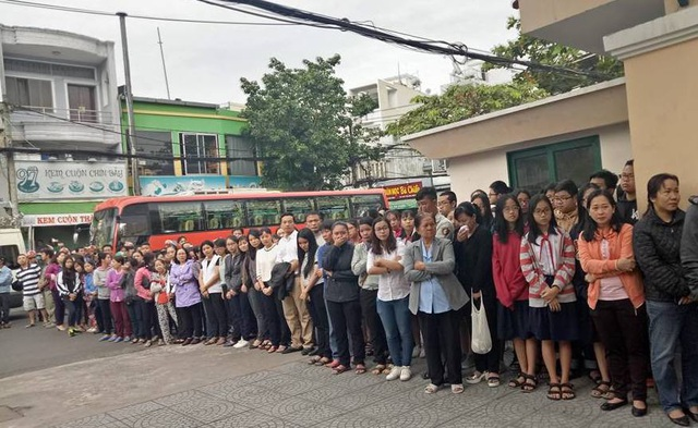Nhiều phụ huynh, học sinh nghẹn ngào bật khóc khi xe quan đưa thầy vào thăm trường lần cuối