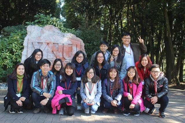Đinh Duy Toàn (bên trái hàng sau) cùng các bạn trong trường ĐHKT trong lần đi thực tế tại Nhật Bản tháng 3/2016.