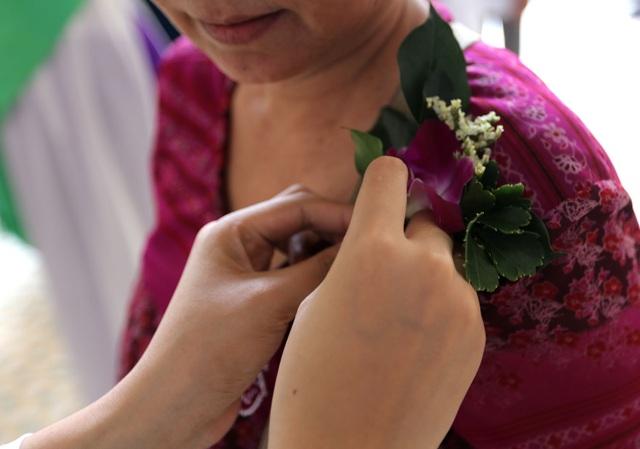 Mỗi người đều được sinh viên cài nhánh hoa lan lên ngực áo.