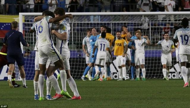 Niềm vui của U20 Anh sau khi tiếng còi kết thúc trận đấu
