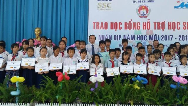 Học sinh khó khăn ở huyện Hóc Môn nhận học bổng hỗ trợ từ ngành giáo dục TPHCM