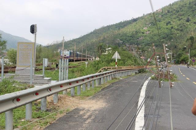 Tuyến đường sắt Bắc - Nam qua địa phận tỉnh Phú Yên bị chia cắt vì sạt lở
