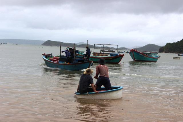 Nhiều ngày qua, người dân Phú Yên tổ chức đưa thuyền ra lặn bắt lại tôm hùm bị mất