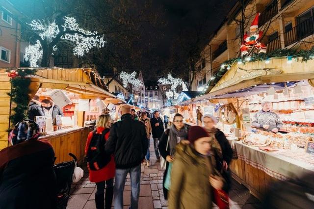 Với các gian hàng được trang trí như một phiên chợ Noel ở Châu Âu, bạn sẽ được trải nghiệm không khí lễ hội ấm áp, nhộn nhịp bên những người thân yêu