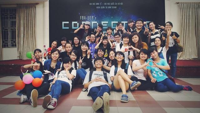 Đinh Duy Toàn và các bạn sinh viên tại Trường Đại học Kinh tế - ĐHQGHN.
