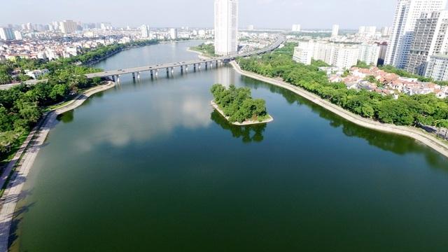 Hiện nay xung quanh khu vực Hồ Linh Đàm được xây dựng khá nhiều khu đô thị, các tòa nhà cao tầng… ít nhiều cũng làm thay đổi cảnh quan, môi trường ở khu vực này. Hồ Linh Đàm từng nhiều lần bị ô nhiễm, bủa vây bởi rác thải sinh hoạt. Sau sự cố cá chết cách đây 1 năm, nhà chức trách đã tiến hành dọn dẹp, vệ sinh mặt nước. Nhìn từ trên cao, hồ Linh Đàm uốn lượn mềm mại tạo nên điểm nhấn đẹp mắt cho Thủ đô.