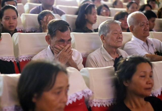 Trong buổi lễ, những người thân của người hiến xác không nén được cảm xúc. Đây là lần thứ 19 ĐH Y khoa Phạm Ngọc Thạch tổ chức lễ tri ân.