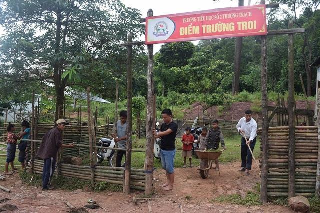Thầy và trò điểm trường bản Troi, Trường tiểu học số 2 Thượng Trạch lao động đầu năm học mới