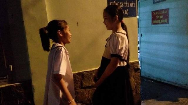 Buối tối đến lớp, ban ngày em Dương Yến Nhi (bên trái) theo bà làm mướn ở quán bánh căn. Em hỏi: Muốn làm giáo viên phải học đến lớp mấy?.
