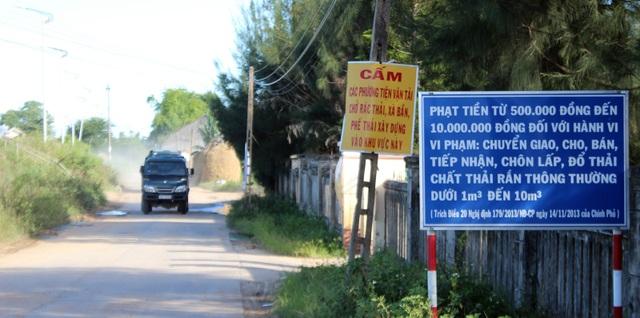 """Bảng cấm và mức xử phạt được treo """"làm cảnh"""" trước con đường độc đạo mà các xe tải chở chất thải VLXD hoành hành"""