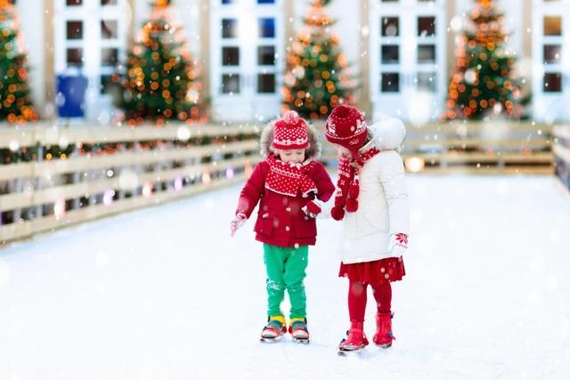Sân trượt băng ngoài trời sẽ là một hoạt động độc đáo, thú vị cho các thành viên trong gia đình