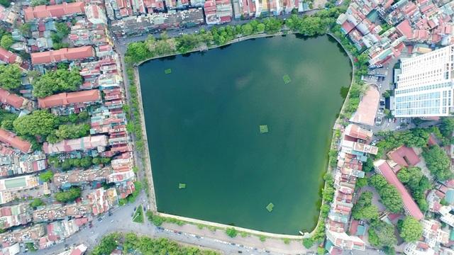 Hồ Xã Đàn được bao quanh bởi các khu tập thể cũ ở Thủ đô, tiếp giáp với các phố Nam Đồng, Hồ Đắc Di,...
