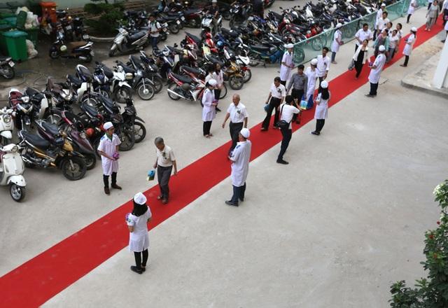 Các sinh viên xếp thành hàng dài, cúi đầu khi người nhà của người hiến xác đi từ giảng đường đến khoa giải phẫu, nơi chứa các thi hài.
