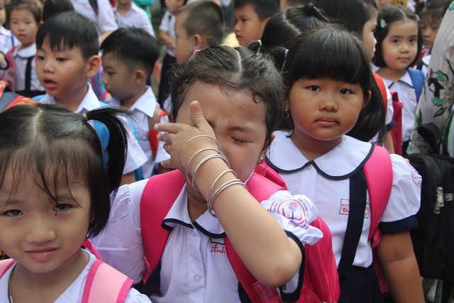 Nhiều học sinh lớp 1 lần đầu tới trường mếu máo, bật khóc khi rời vòng tay bố mẹ