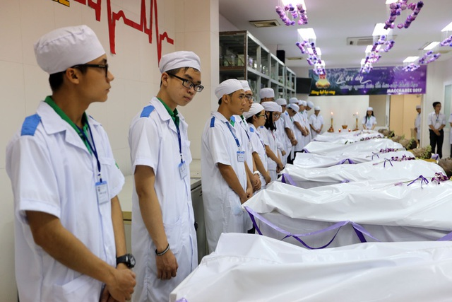 21 thi hài của những người hiến xác năm 2016 được phủ khăn trắng, choàng chuỗi hoa.
