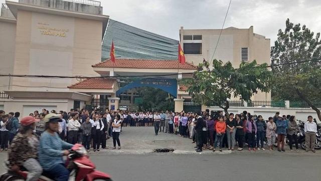Biết tin xe tang thầy sẽ đến chào trường lần cuối, hàng ngàn học sinh và phụ huynh Trường THCS Trần Phú ngay ngắn đứng trên đường phố đón thầy