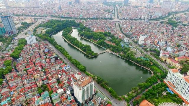 Hồ Thủ Lệ là một trong những hồ đẹp của thủ đô Hà Nội, giáp 2 đường Kim Mã và Nguyễn Văn Ngọc, cạnh khách sạn Deawoo và trong khuôn viên công viên Thủ Lệ. Hồ có diện tích mặt nước khoảng 6 ha trước đây còn có tên gọi là hồ Linh Lang, là tên vị thần được thờ ở đền Voi Phục.