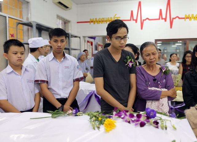 Các sinh viên cùng thân nhân cúi đầu thành kính trước những thi hài của người hiến xác.