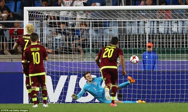 Woodman cản phá thành công quả phạt đền của Penaranda bên phía Venezuela ở phút 74