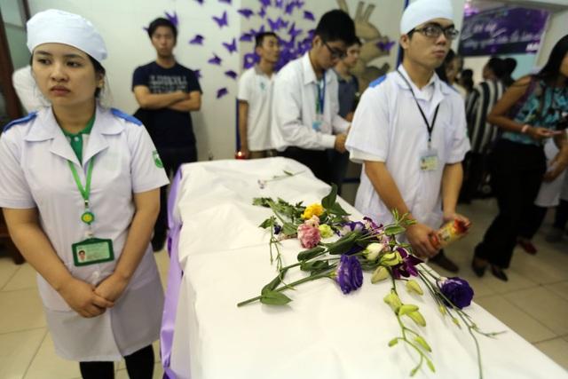 Những cành hoa lan trắng được người thân đặt lên thi hài của người đã dành thân xác cho y học.