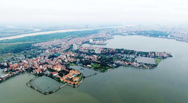 Hồ Tây trước đây còn có các tên gọi khác như Đầm Xác Cáo, Hồ Kim Ngưu, Lãng Bạc, Dâm Đàm, Đoài Hồ, là một hồ nước tự nhiên lớn nhất ở nội thành Hà Nội. Hồ có diện tích hơn 500 ha với chu vi là 18 km nổi bật bởi vẻ đẹp nên thơ, lãng mạn. Đây cũng được xem là biểu tượng của Thủ đô, một trong những địa điểm du lịch nổi tiếng mà khách du lịch thường ghé qua khi đến Hà Nội.
