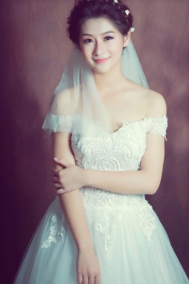 Kim Chi đang làm người mẫu áo cưới cho một ảnh viện gần nhà, nên trên trang cá nhân của cô đăng tải khá nhiều hình ảnh như thế này.