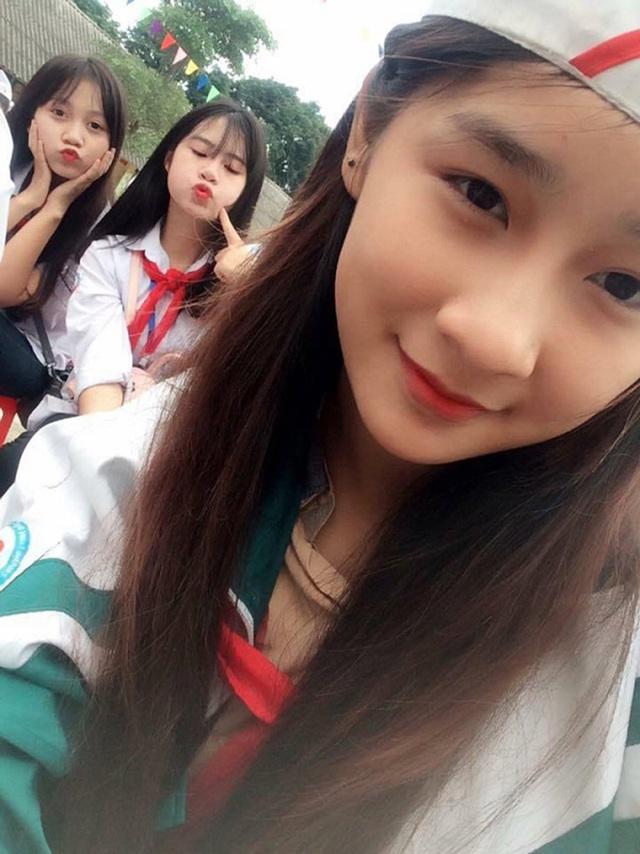 Kim Chi là nữ sinh xinh đẹp, hòa đồng và khá chăm chỉ tham gia các hoạt động ngoại khóa của trường và địa phương