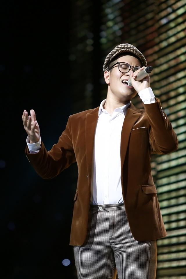 Chàng trai duy nhất trong top 3 team Noo Phước Thịnh là Ngô Anh Đạt thể hiện ca khúc Nắng Thủy Tinh sáng tác của cố nhạc sĩ Trịnh Công Sơn.
