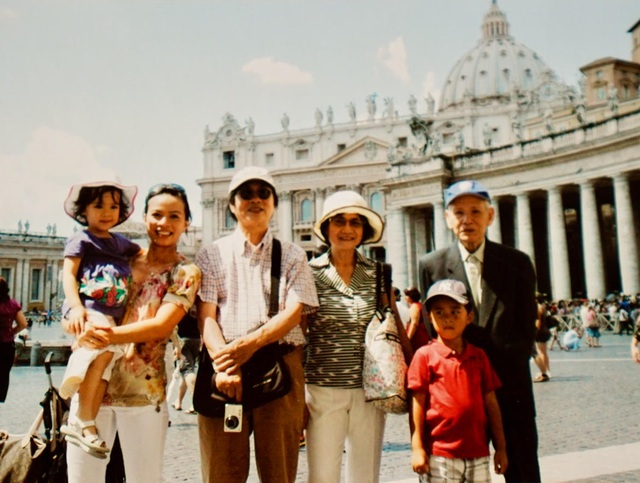 Ảnh chụp Giáo sư , NGND Đinh Xuân Lâm cùng với ông bà thông gia Đạo diễn NSND Đặng Nhật Minh tại Roma 2009