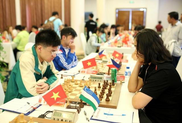 Nguyễn Anh Khôi (trái - elo 2.459) bất ngờ đánh bại Lu Shanglei (Trung Quốc - elo 2.624)