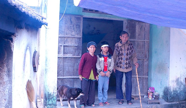 Không có cha, mẹ mất em Thụ phải nương nhờ vào ông bà ngoại ốm yếu trong căn nhà hư hỏng.