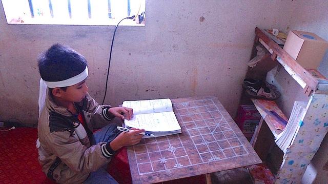 Đến cái bàn học cũng không có, Thụ được hàng xóm cho cái bàn cờ lắp ghép thành bàn ngồi học.