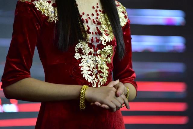 Thiết kế đặc biệt này được dát vàng và gắn kim cương ở ngực áo, được vẽ tay và thêu đính bởi hàng trăm nghệ nhân thêu ở làng nghề Thường Tín. Toàn bộ ekip đã mất gần 1 năm để hoàn thành tác phẩm nghệ thuật này.