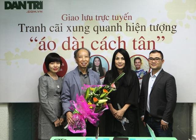 TBT Báo Dân trí tặng hoa tới Nhà thiết kế Minh Hạnh tại buổi giao lưu chiều 6/2.