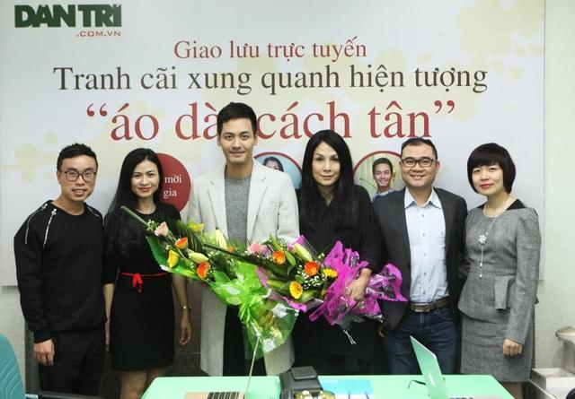 Nhà thiết kế Minh Hạnh và MC Phan Anh tham gia cùng độc giả Dân trí trong buổi giao lưu tranh cãi quanh chuyện áo dài cách tân.