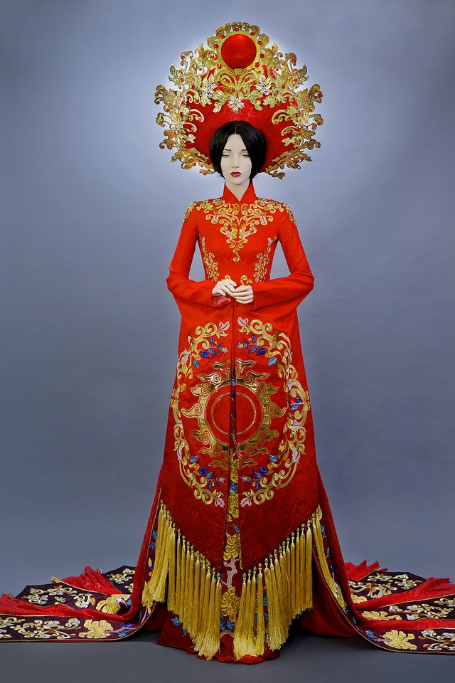 Khi trang phục di chuyển My chấp hai tay lại khép kín tạo thành một vầng mặt trời như một thông điệp được tỏa sáng.