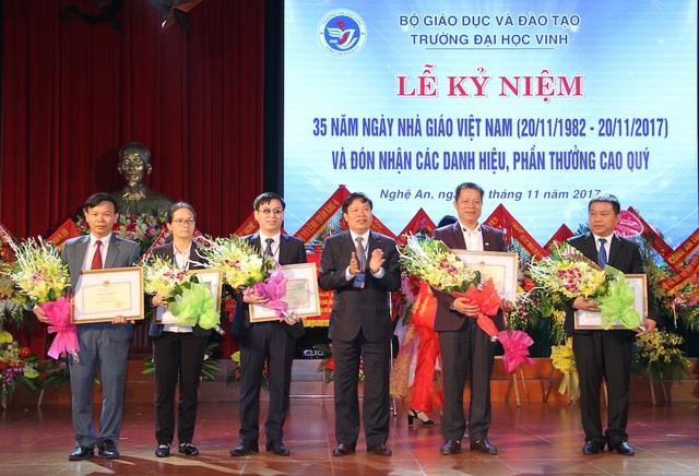 Tặng Bằng khen của Bộ GD&ĐT cho tập thể và cá nhân của trường Đại học Vinh.