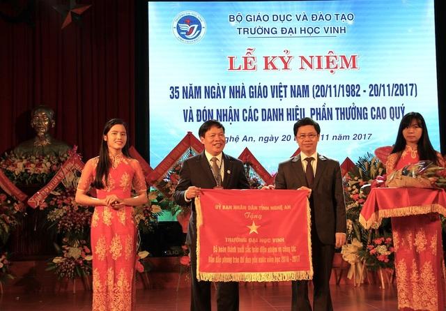 Ông Nguyễn Xuân Sơn - Phó Bí thư Tỉnh ủy đã trao tặng cờ thi đua đơn vị đã hoàn thành xuất sắc toàn diện nhiệm vụ công tác, dẫn đầu phong trào thi đua yêu nước năm học 2016-2017 cho trường Đại học Vinh.