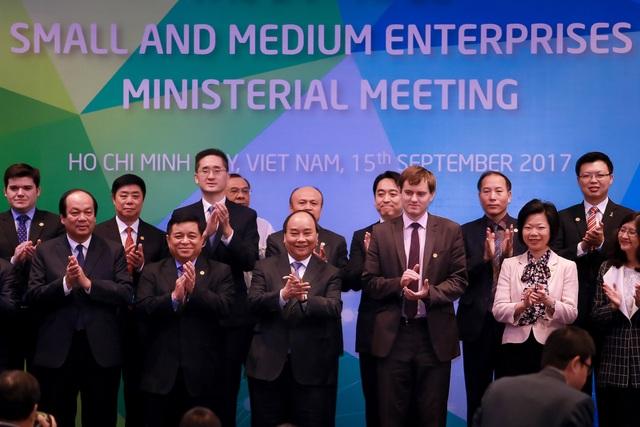 Thủ tướng Nguyễn Xuân Phúc chụp ảnh cùng các đại biểu về dự Hội nghị Bộ trưởng Doanh nghiệp Nhỏ và vừa APEC tại thành phố Hồ Chí Minh ngày 15/9.